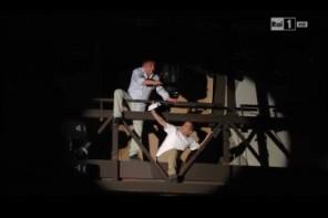 Festival di San Remo, due lavoratori sulla balaustra dell'Ariston