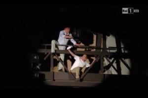 Festival di Sanremo, due lavoratori sulla balaustra dell'Ariston