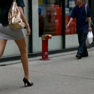 donna a passeggio